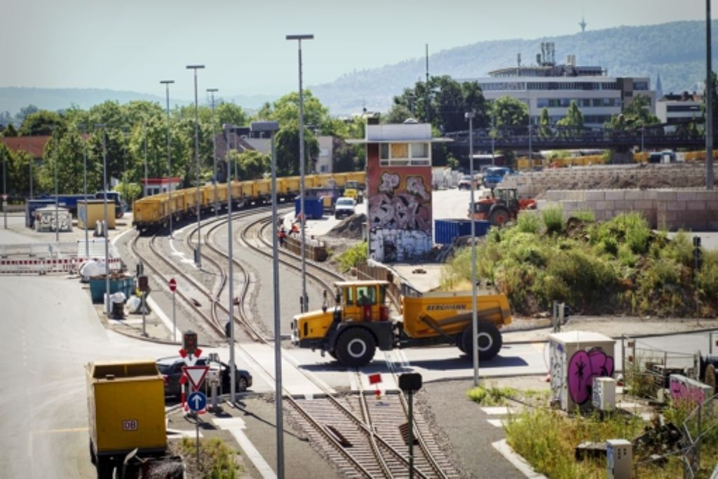 Am Nordbahnhof lädt die Bahn Aushub von Lastwagen auf die Schiene um. Foto: Lg/Piechowski