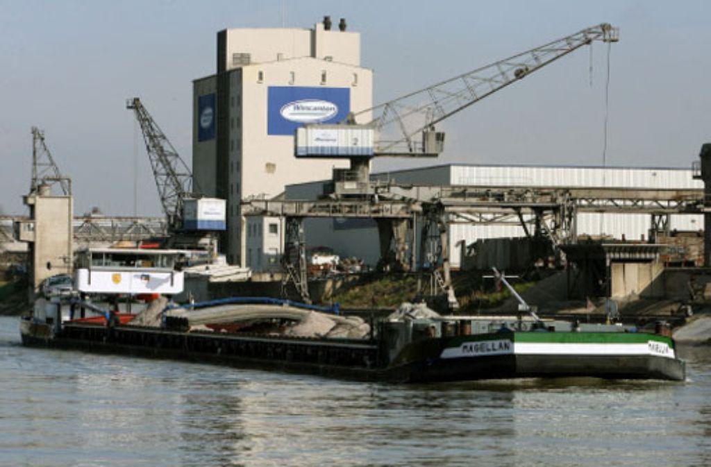 Per Schiff sollen viele Millionen Tonnen von Kies vom Oberrhein zur Schleuse Iffezheim transportiert werden – wenn das Land endlich einlenkt. Foto: dpa