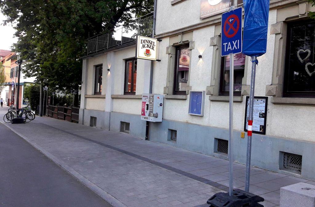 Zwischenzeitlich waren die Parkplätze vor dem Restaurant Anno 1897 als Taxistand ausgewiesen. Dafür hagelte es Kritik. Foto: privat