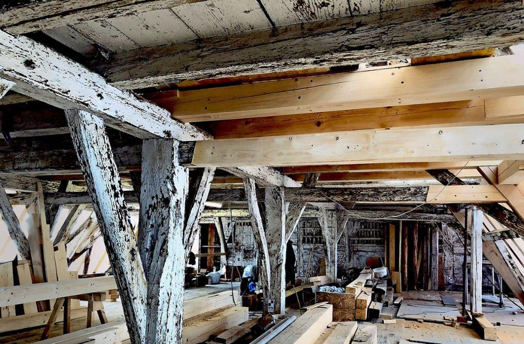Fünf Jahrhunderte lang haben  Feuchteschäden dem  Gebälk des Prachtbaus   zugesetzt, nun werden teilweise neue Balken eingezogen. Foto: Stadt Geislingen