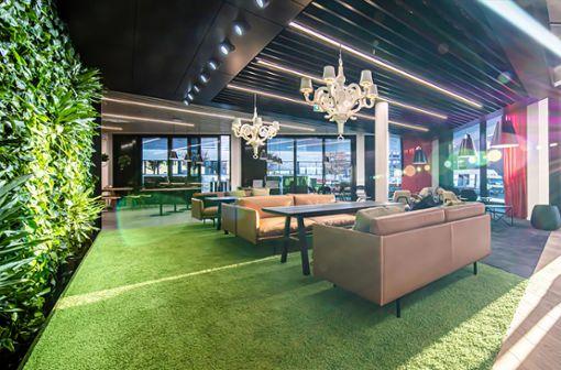 Entspannte Atmosphäre mit flauschigem Teppich und modernen Kronleuchtern: Die Lounge der neuen AMG-Cafeteria lädt zum Kaffee, aber auch zum Meeting mit Kollegen ein.