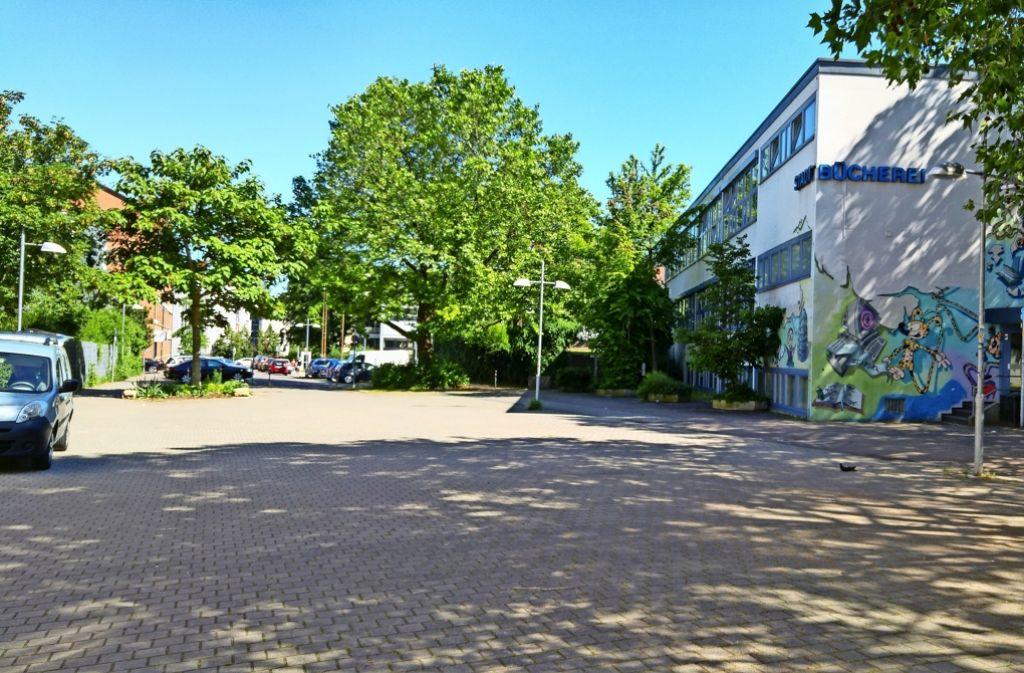 Auf der Fläche vor der Stadtteilbücherei und auf dem angrenzenden Abschnitt der Schönbühlstraße (oberes Foto) wird der Wochenmarkt Ostendzentrum künftig stattfinden. In der Landhausstraße (unten) haben nicht alle Anwohner zugestimmt. Foto: Jürgen Brand