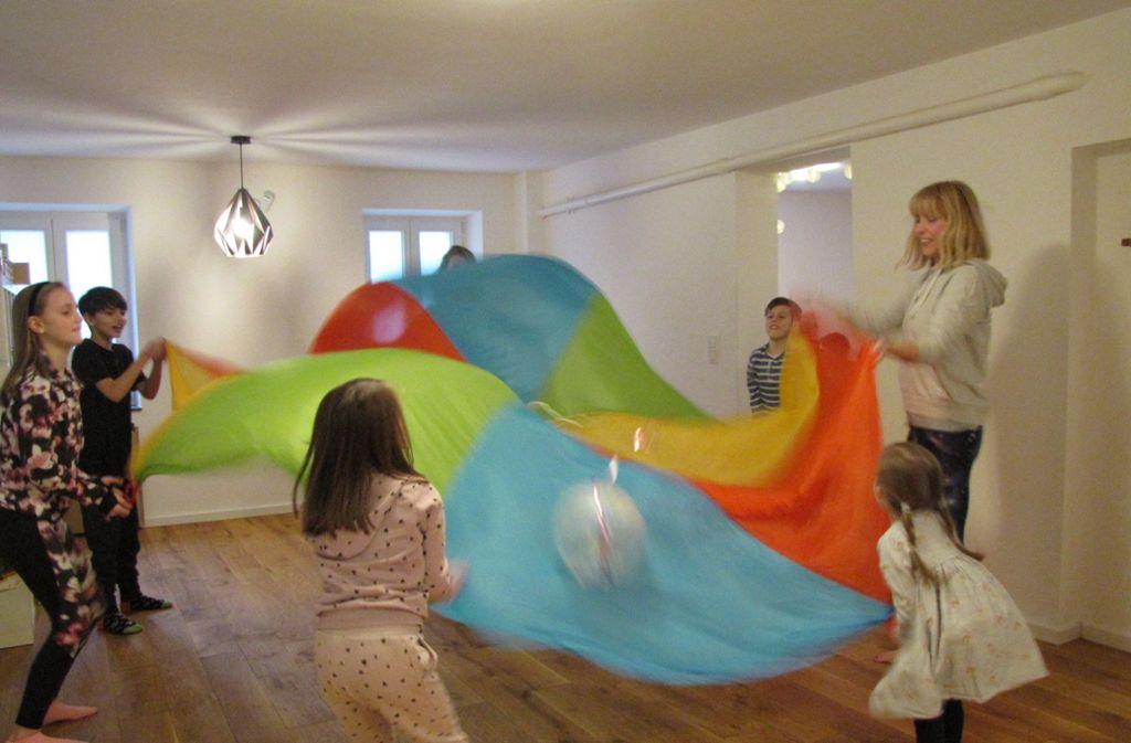 Zum Entspannen gehört auch der Spaß mit dem Schwungtuch und dem Ball. Foto: Sybille Neth