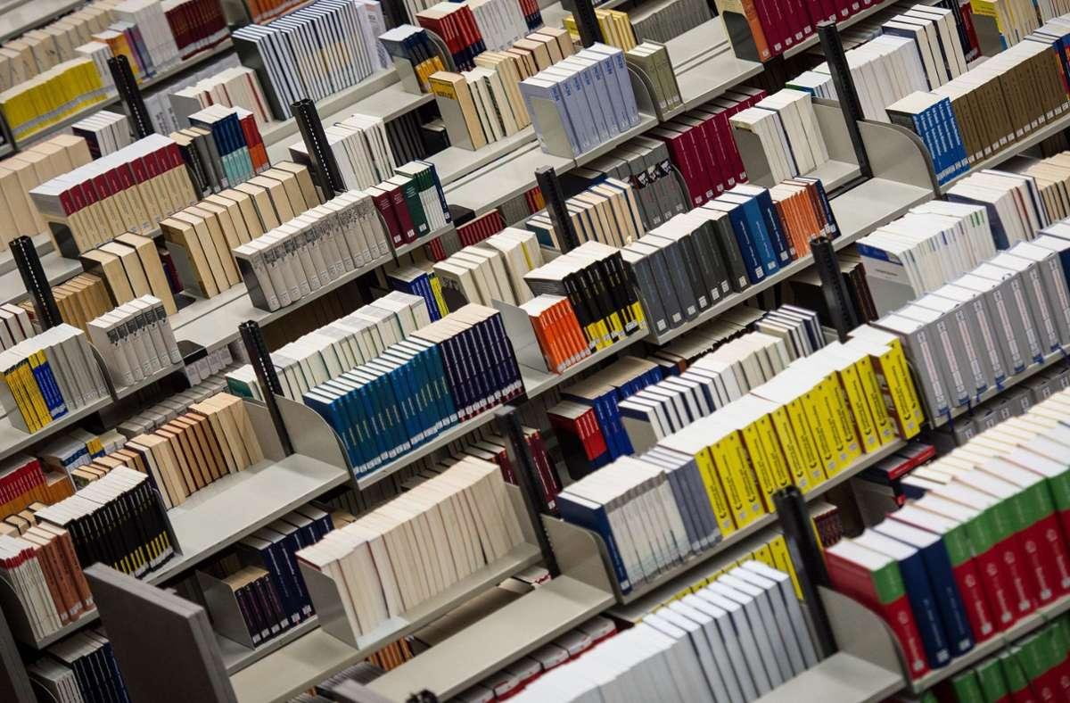 In einer Berliner Bibliothek sind mehrere Bücher zerstört worden (Symbolbild). Foto: dpa/Maja Hitij