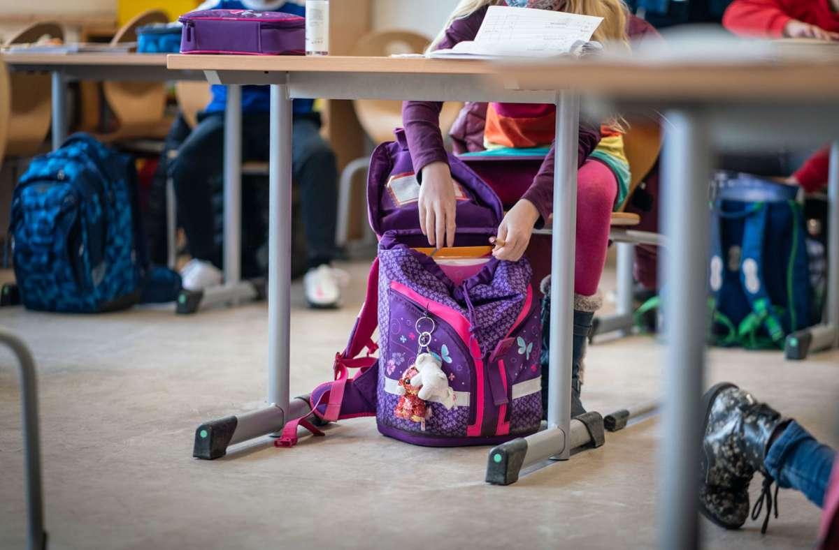 Konflikte um Corona-Maßnahmen finden auch in den Klassenzimmern statt. (Symbolbild) Foto: dpa/Frank Rumpenhorst