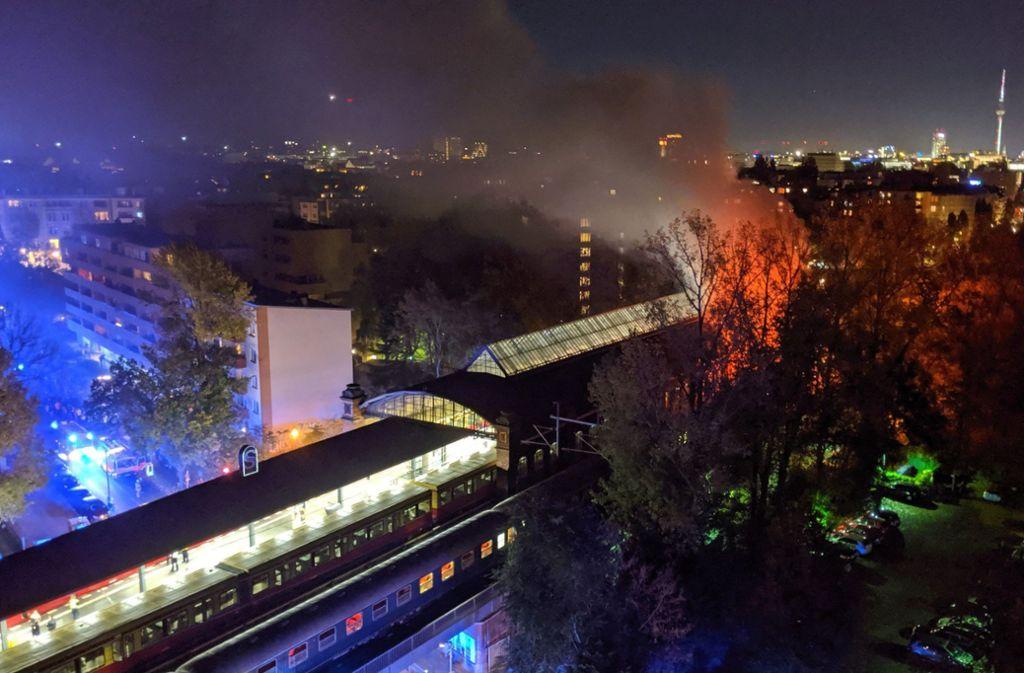 Bei dem Feuer im Sonderzug wurden vier Personen verletzt. Foto: dpa