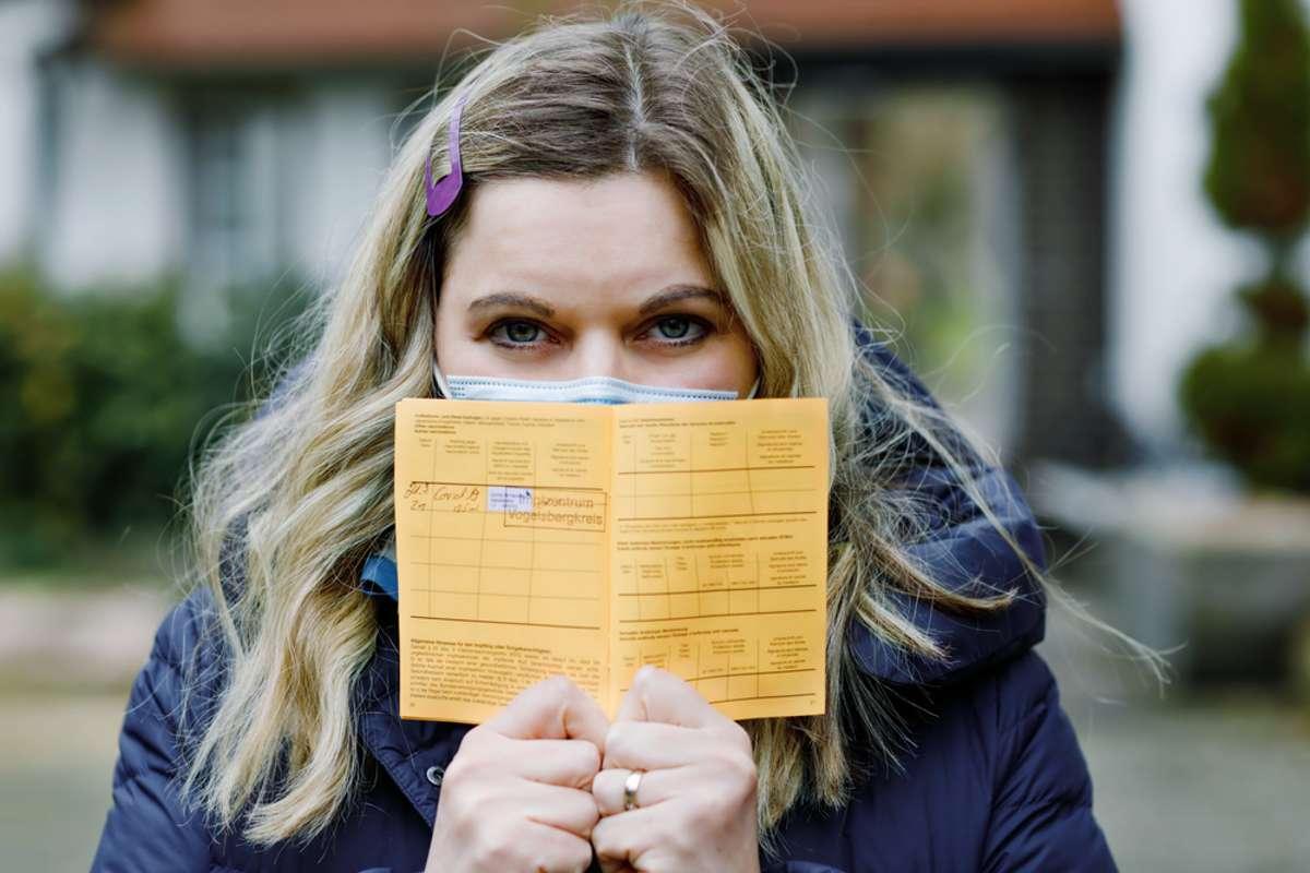 Was, wenn im Impfpass nur eine Impfung steht? Foto: Romrodphoto / shutterstock.com