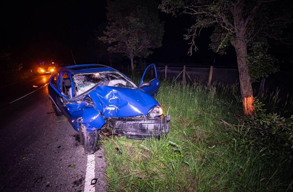 Der 18-Jährige kam von der Straße ab und prallte mit seinem Auto gegen einen Baum. Foto: 7aktuell.de/Alexander Hald