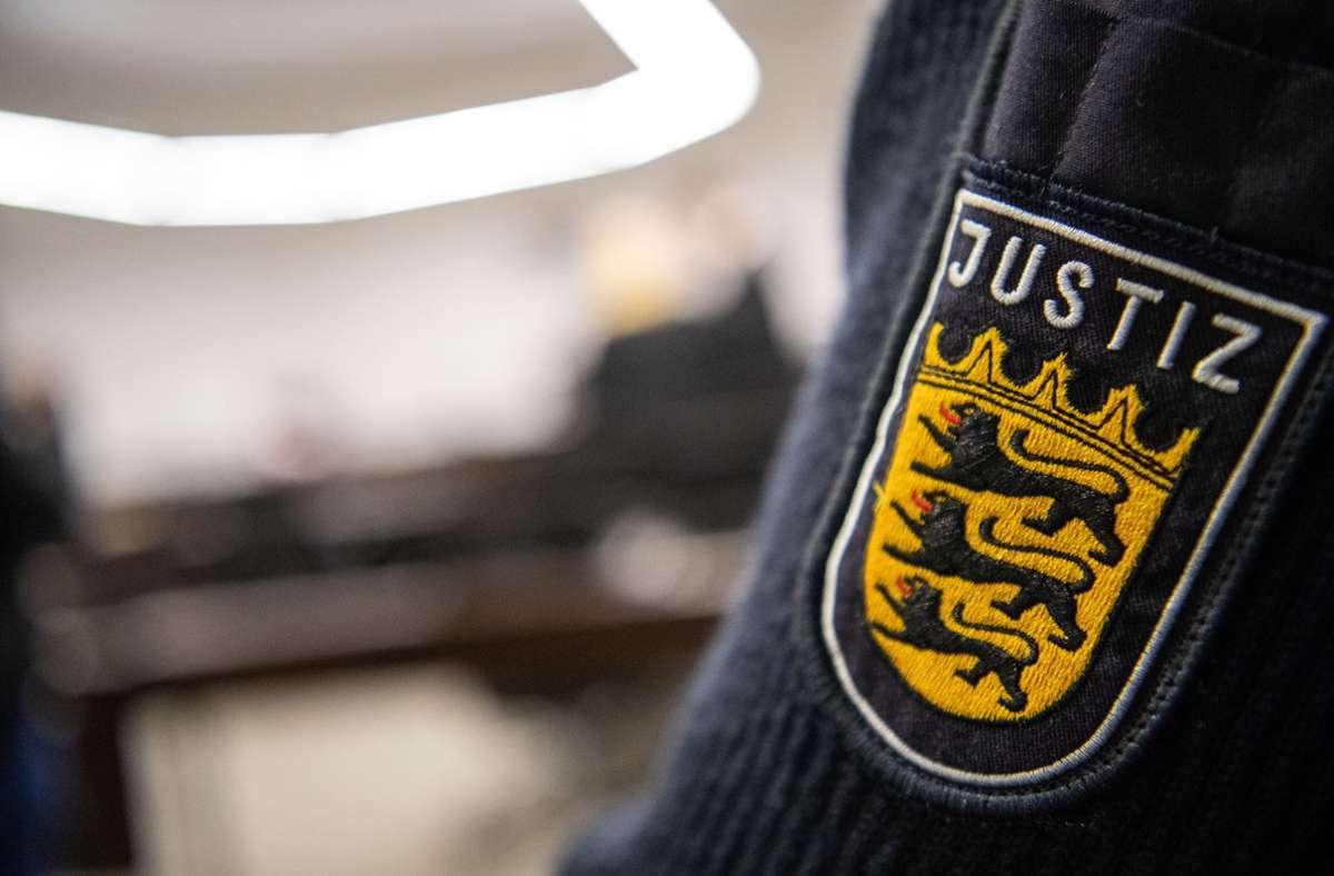 Der Angeklagte wurde mit Hand- und Fußfesseln in den Gerichtssaal gebracht. Foto: dpa/Sebastian Gollnow