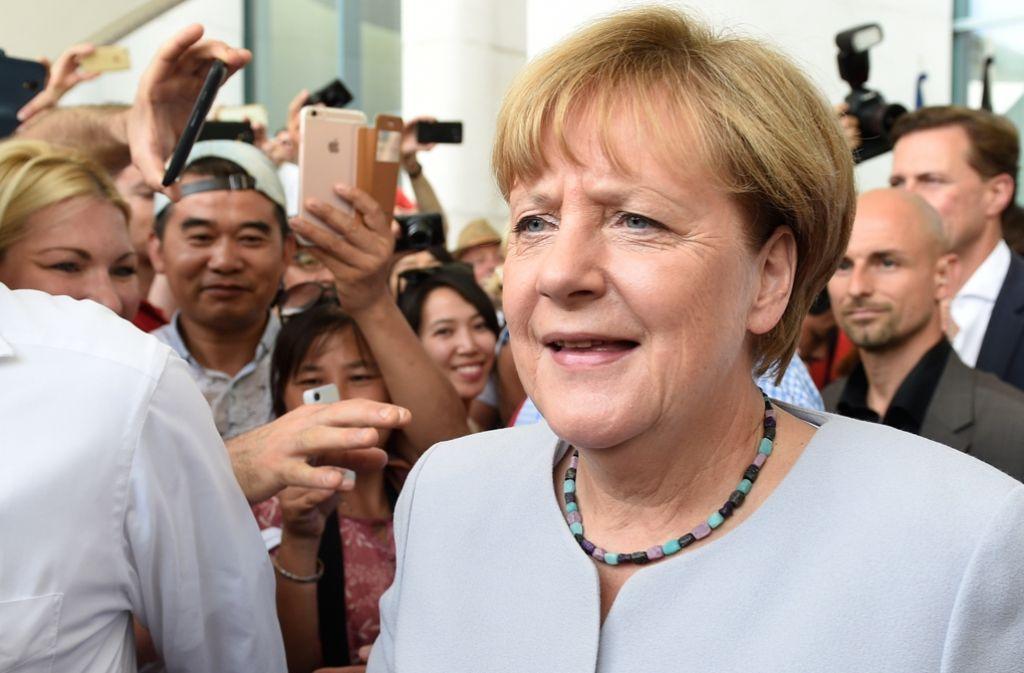Auch auf dem Tag der Offenen Tür der Bundesregierung gab sich Kanzlerin Merkel von den Debatten über eine weitere Amtszeit völlig unbeeindruckt. Das Reden überließ sie ihren Stellvertretern. Foto: dpa