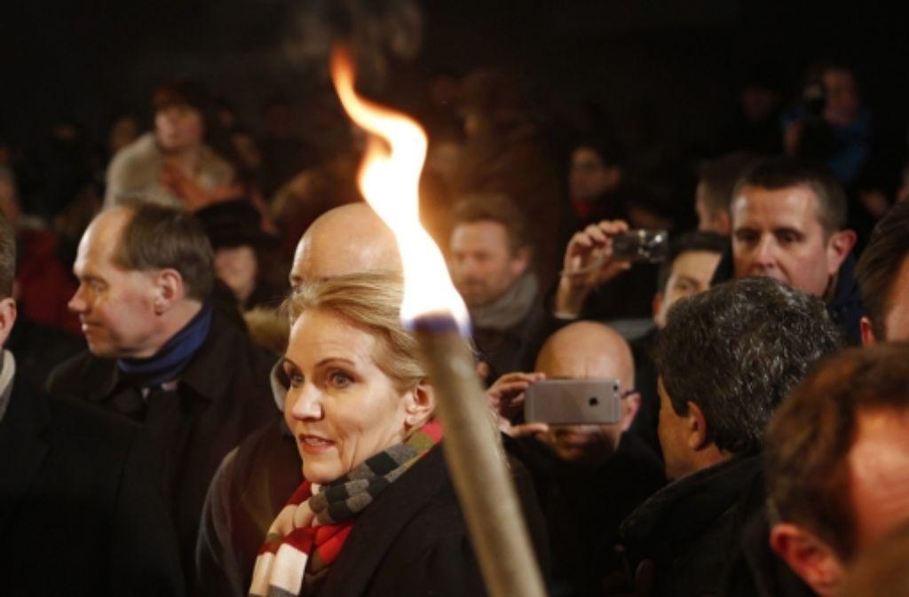 Die dänische Ministerpräsidentin Helle Thorning-Schmidt gedenkt mit tausenden Menschen der Opfer der Terroranschläge in Kopenhagen. Foto: dpa