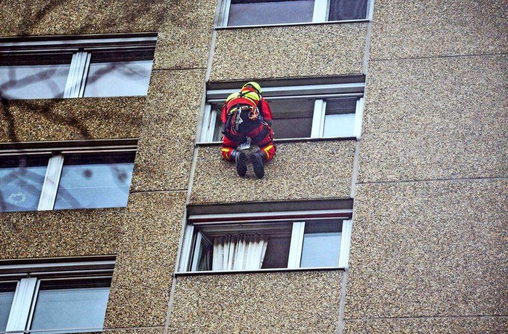 Ein Höhenretter musste sich aus dem 13. Stock abseilen. Foto: 7aktuell.de/David M. Skiba
