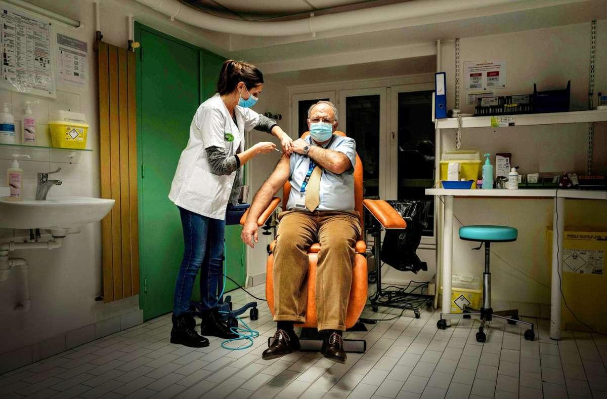 Ältere und Menschen mit Vorerkrankungen werden bei den Corona-Impfungen priorisiert. (Symbolbild) Foto: dpa/Jeff Pachoud