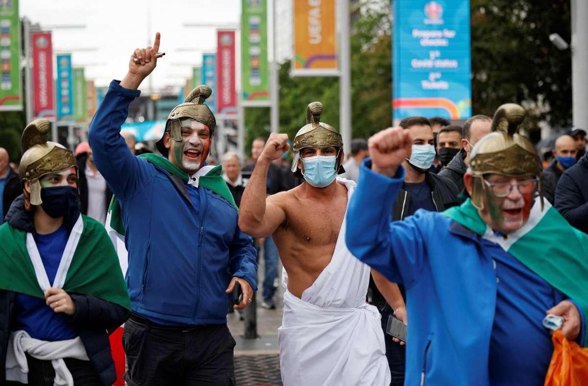 Fans beider Nationen stimmten sich bereits vor dem Spiel in London ein. Foto: AFP/TOLGA AKMEN