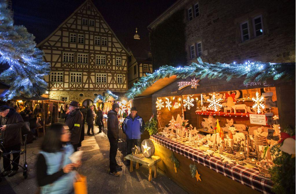 Der Kirchheimer Weihnachtsmarkt fand bereits auf verschiedenen Plätzen statt. In diesem Jahr stehen die Buden in der Teckstadt vom 7. bis zum 17. Dezember auf dem Martinskirchplatz.  Foto: Archivfoto: Michael Steinert