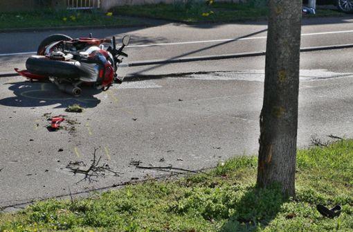 Motorradfahrer prallt gegen Baum und verletzt sich schwer