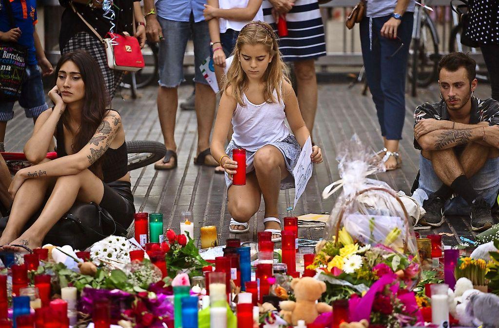 Noch immer zünden viele Menschen Kerzen für die Opfer von Barcelona an. Foto: AP