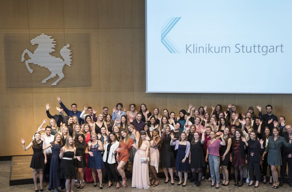 Sie haben bestanden und allen Grund zu feiern: 100 zukünftige  Pflegekräfte Foto: Lichtgut/Leif Piechowski