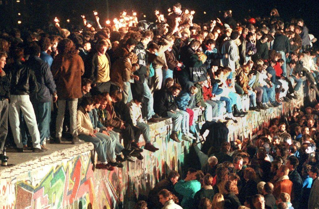 """Jubel beim Mauerfall. DDR-Flüchtling Karlheinz Breinig nennt den 9. November 1989 seine """"zweite Geburt."""" Foto: dpa"""