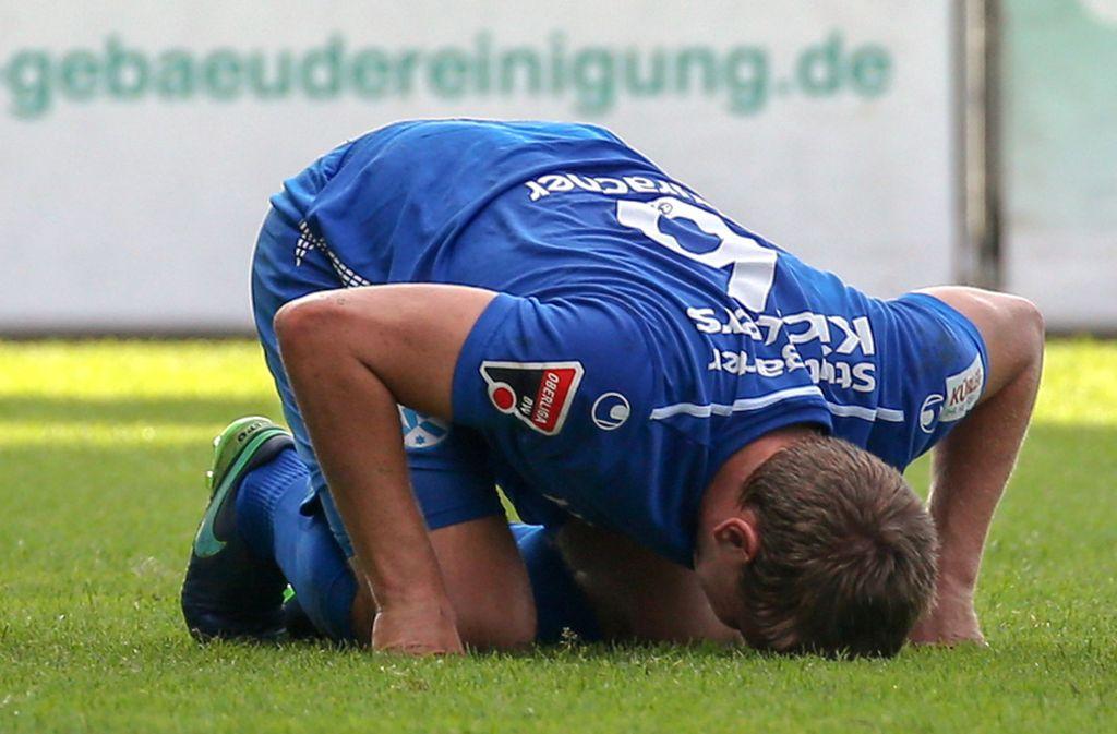 Patrick Auracher enttäuscht am Boden: Der Kickers-Innenverteidiger musste in Oberachern mit einer Jochbeinverletzung und einem abgesplitterten Zahn vom Feld. Foto: Baumann