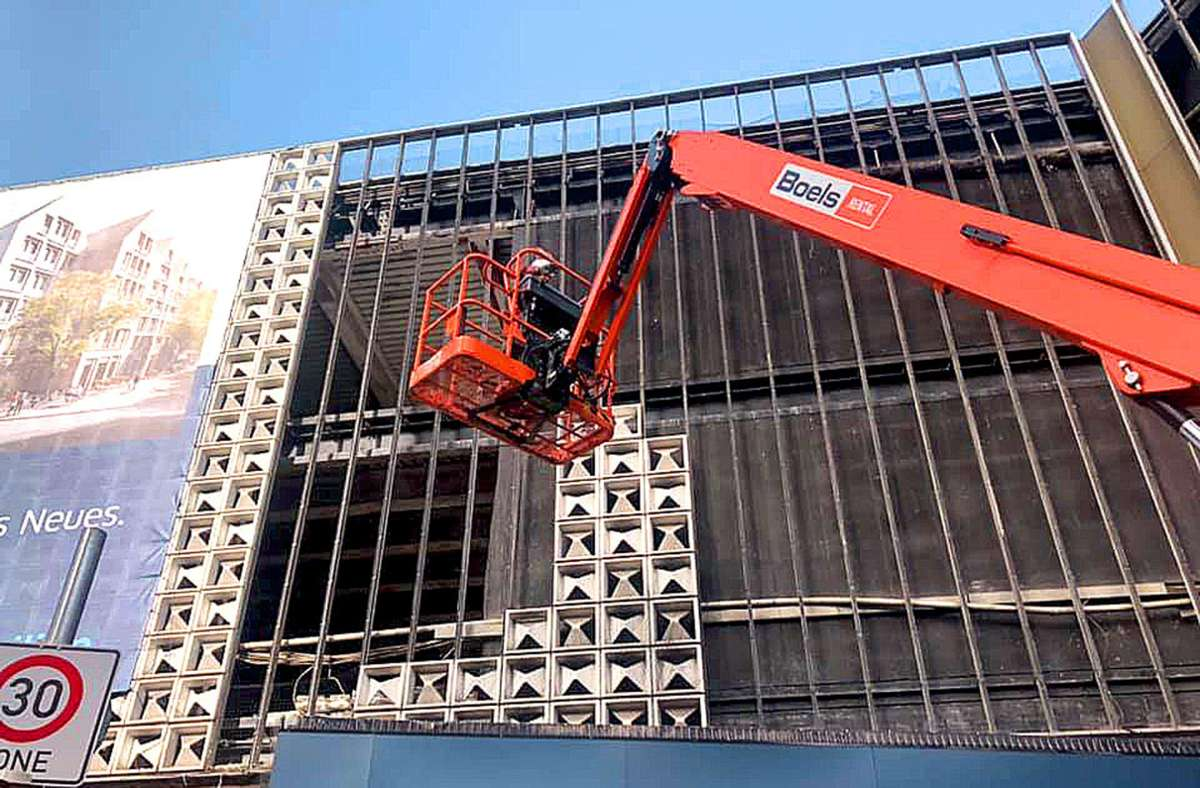 An der Eberhardstraße werden über 2000 Horten-Alukacheln einzeln abgetragen. Foto: ubo