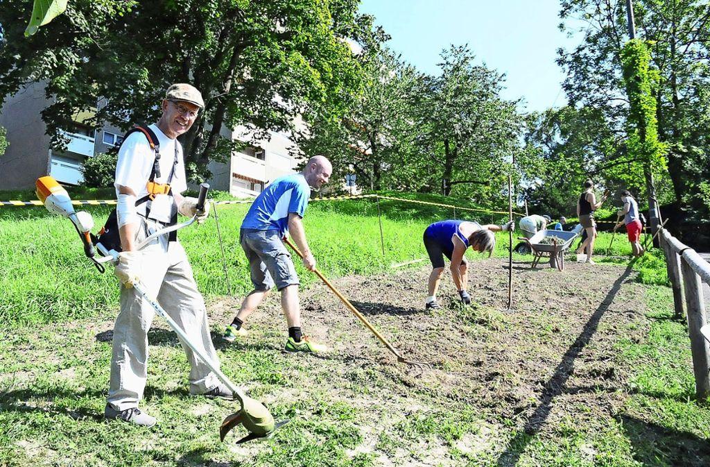 Am vergangenen Wochenende haben ehrenamtliche Helfer – wie Wolfgang Zaumseil (links im Bild) – dem nachwachsenden Unkraut  den Garaus gemacht Foto: Georg Linsenmann
