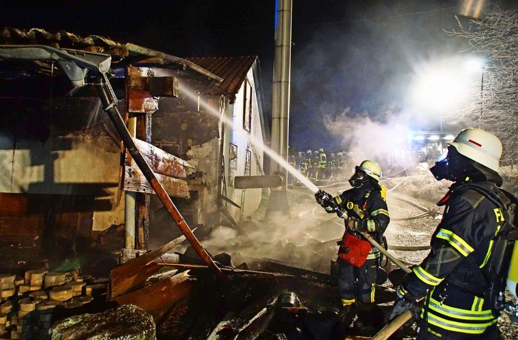 80 Feuerwehrleute kämpfen am Dienstagabend gegen die  Flammen im Anbau einer Vaihinger Flüchtlingsunterkunft. Foto: Andreas Rosar