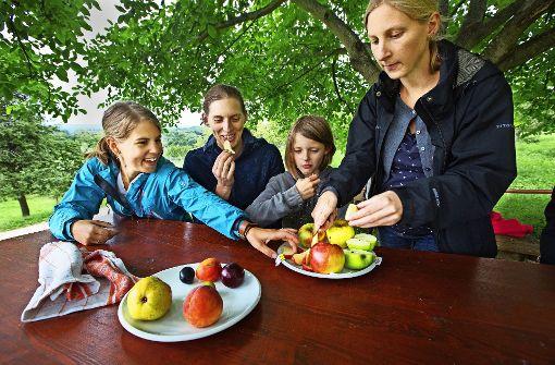 Süß oder sauer, saftig oder mehlig: auch eine Kostprobe verschiedener Apfelsorten hat Stefanie Hermann (rechts) ihren Gästen angeboten. Foto: Ines Rudel
