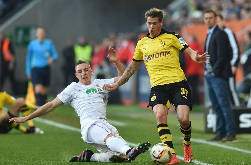 Der Wechsel von Erik Durm (re.) zum VfB Stuttgart ist fraglich geworden. Foto: AFP