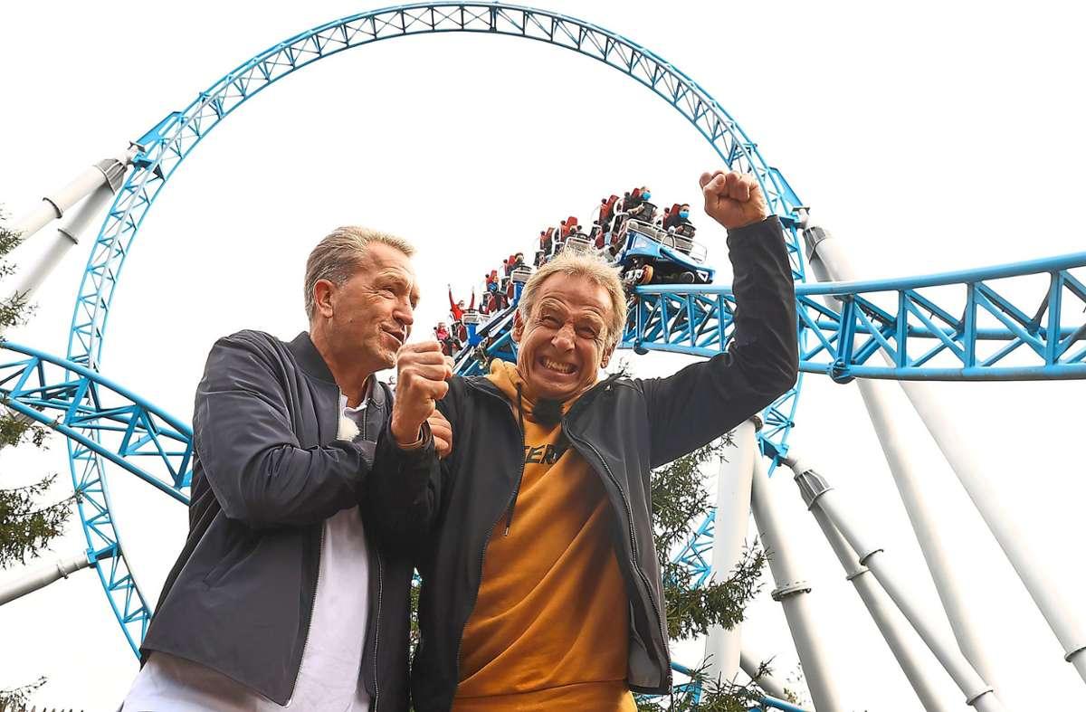 Andreas Köpke (links) und Jürgen Klinsmann schnitten beim Achterbahn-Quiz gut ab. Die Freude darüber ist besonders dem ehemaligen Bundestrainer anzusehen. Foto: Hassenstein