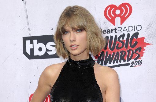 Taylor Swift lediglich am Rücken berührt