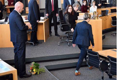 Linke-Landeschefin wirft Kemmerich Blumenstrauß vor die Füße