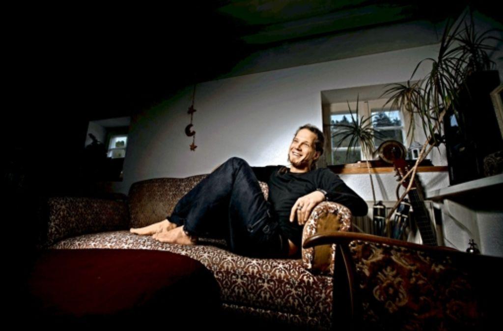 Lars Dewald trägt seit 13 Jahren keine Schuhe mehr. Für die Reinigung seiner Füße benötigt er nicht viel Zeit, nur Wasser und normale Seife. Foto: Gottfried Stoppel