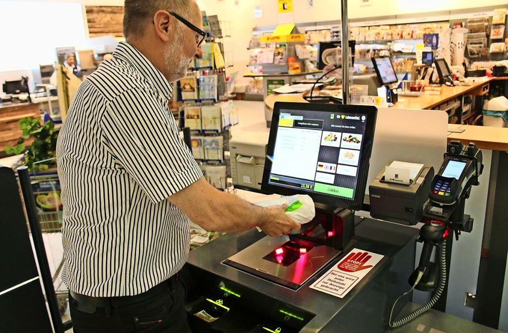 Bei Gehbauer in Bonlanden scannt ein  Kunde  seinen Einkauf selbst. Manchen fehlt dabei das Zwischenmenschliche. Foto: Jacqueline Fritsch