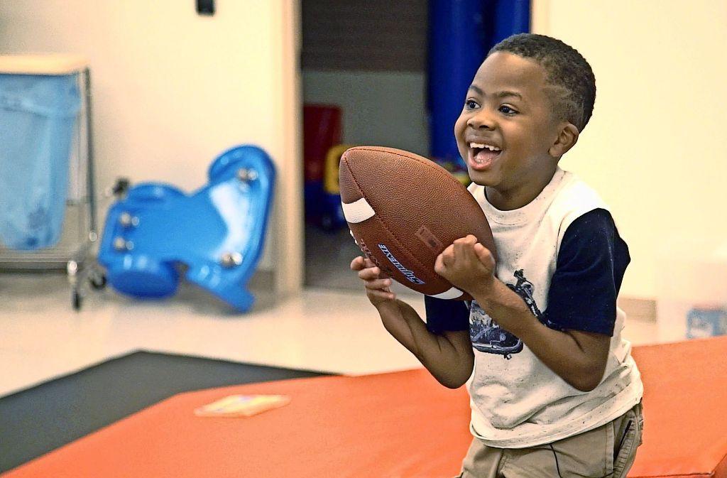 Der achtjährige Zion Harvey spiel nun auch mit Bällen. Foto: Children·s Hospital of Philadelp