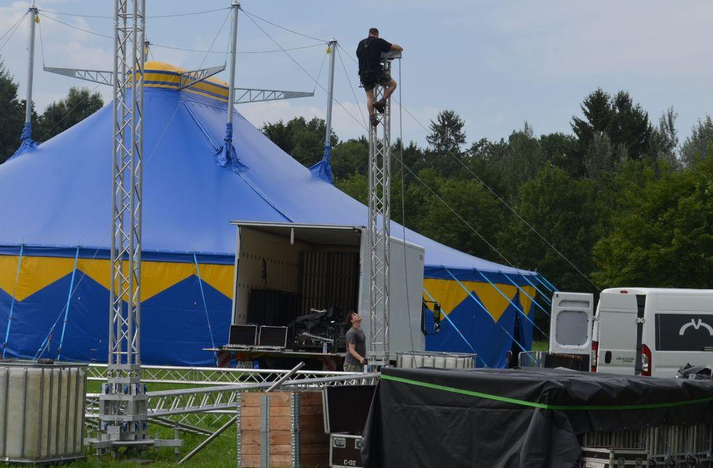 Von Mittwochnachmittag bis kurz vor Beginn des Festivals am Freitag sind die Aufbauarbeiten auf der Uniwiese in vollem Gange. Foto: Wiebke Wetschera