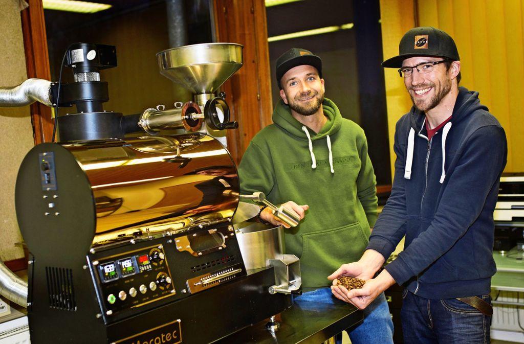 Mathis Hutfilter (links) und Matthias Gohl mit  ihrem Kaffeeröster Foto: Ines Rudel