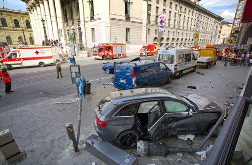 Auto rast in Fußgängergruppe - Passantin stirbt