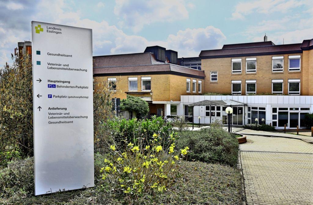 4,5 Millionen Euro will der Landkreis Esslingen in die Hand nehmen, um in dem  ehemaligen Plochinger Klinikgebäude rund  200  neue  Büroarbeitsplätze zu schaffen. Foto: Horst Rudel