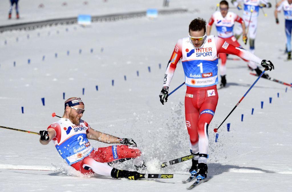 Fotofinish nach 50 Kilometern: Sjur Röthe (r) aus Norwegen besiegt Martin Johnsrud Sundby aus Norwegen auf der Ziellinie und belegt den dritten Platz. Foto: dpa
