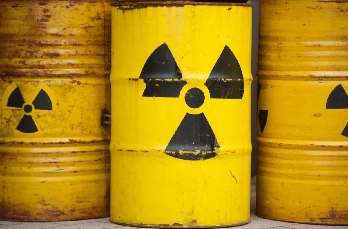 Die Fässer mit radioaktivem Abfall müssen dauerhaft sicher gelagert werden. Foto: dpa/Sebastian Kahnert