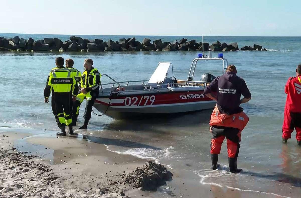 Am Strand von Ahrenshoop hat ein Mann zwei Kindern beim Baden das Leben gerettet und ist selbst gestorben. Foto: dpa/Stefan Tretropp