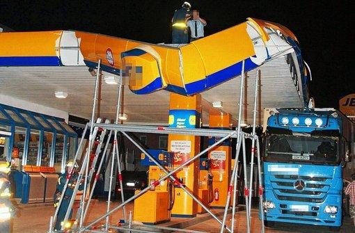 Lastwagen rammt Tankstellendach