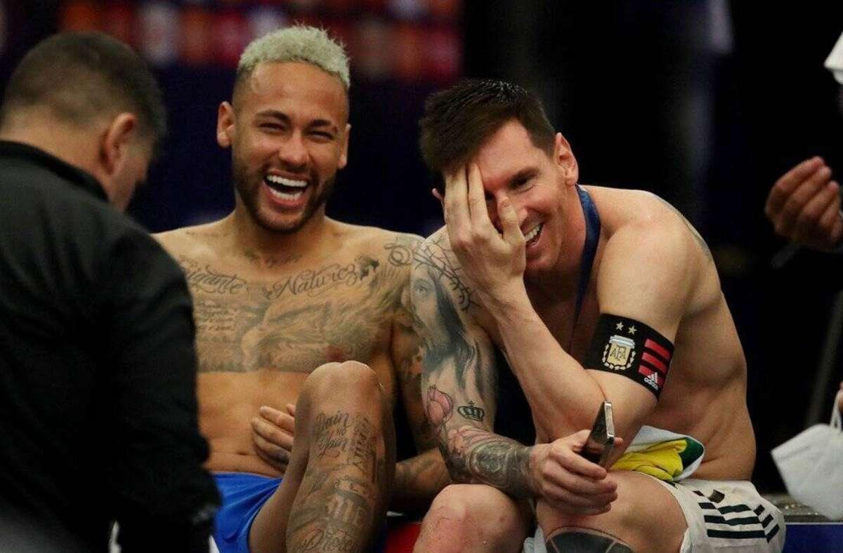 Lionel Messi (re.) nach dem siegreichen Finale der Copa America mit seinem brasilianischen Ex-Barcelona-Kollegen Neymar. Foto: Imago/Zuma /e