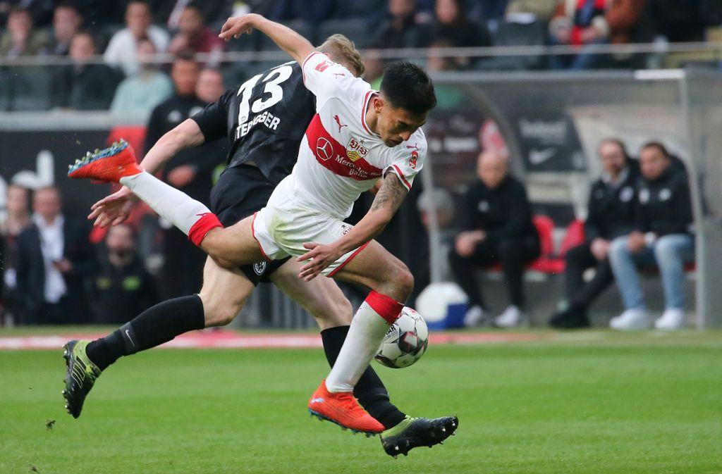 Nicolas Gonzalez (vorne) gegen den Frankfurter Martin Hinteregger: Kommt der VfB vollends ins Straucheln oder fängt er sich noch und rettet sich auf Platz 15? Foto: Baumann