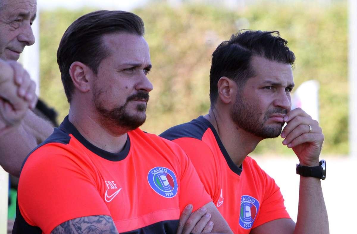 Der Co-Trainer Marijo Marinovic (rechts) hat einen Geburtstagswunsch. Links der Trainer Francesco Di Frisco. Foto: Yavuz Dural