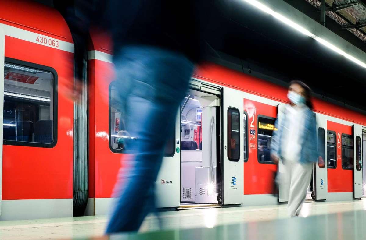 In der S-Bahn soll der Mann die Frau sexuell belästigt haben (Symbolbild). Foto: imago images/Lichtgut/Max Kovalenko