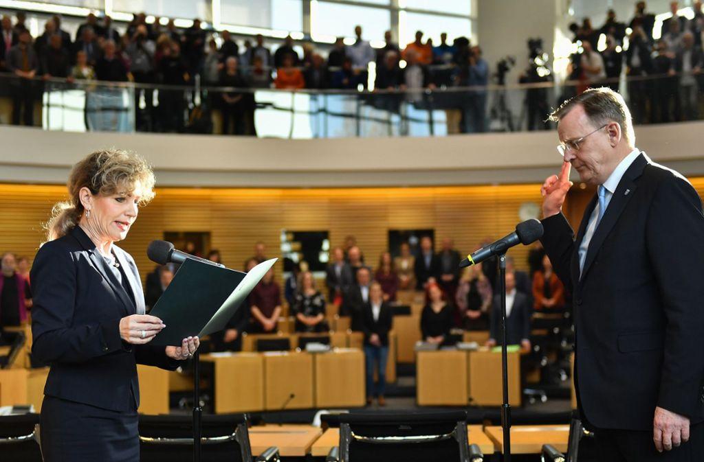 Der neu gewählte Ministerpräsident Bodo Ramelow (Die Linke) leistest vor Landtagspräsidentin Birgit Keller (Die Linke) seinen Amtseid im Landtag. Foto: dpa/Martin Schutt