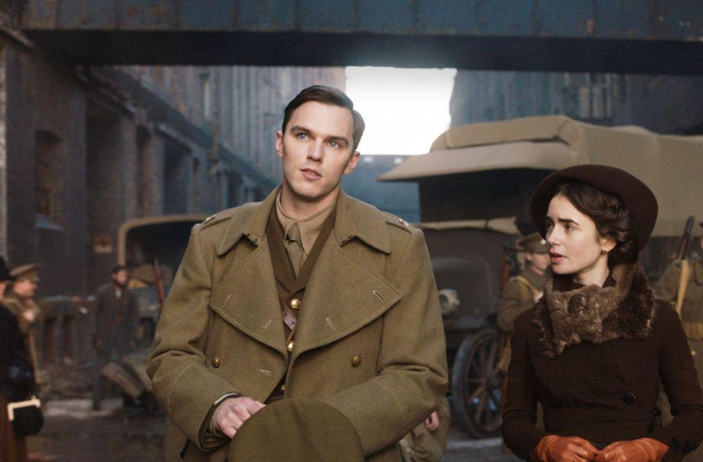 Ein grandios spielendes  Paar: Nicholas Hoult als J.R.R. Tolkien und Lily Collins, die Tochter von Phil Collins Foto: Verleih