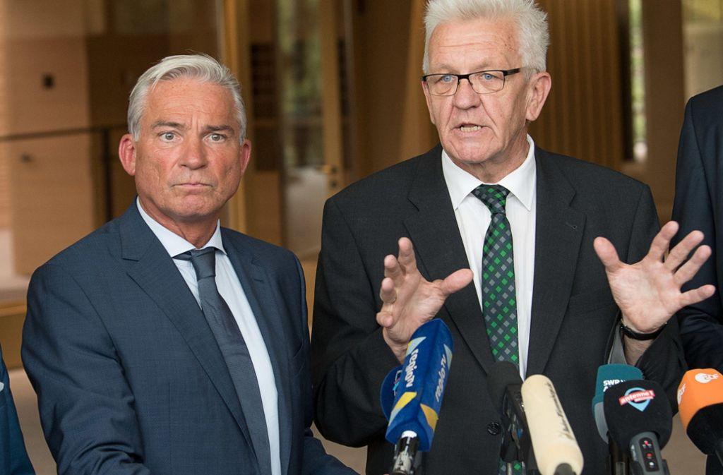 Regierungschef Winfried Kretschmann (Grüne, re.) und Vize Thomas Strobl (CDU) verkündeten am Mittwoch die Einigung auf Fahrverbote. Foto: dpa